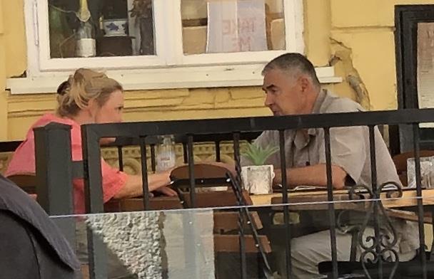 Okorjeli neženja general Glasnović snimljen na romantičnom ručku s plavušom