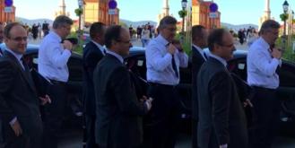 Premijer Andrej Plenković snimljen dok pokušava skinuti kravatu